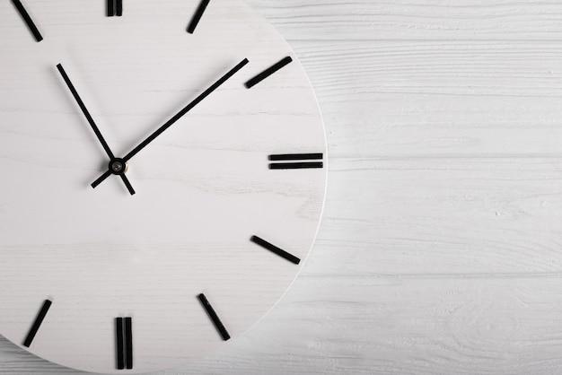 Hoogste mening van houten klok met uit horlogehanden, tijd geen tijdconcept Premium Foto