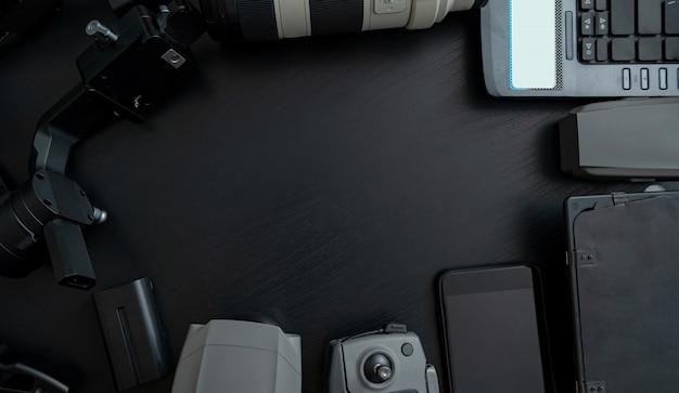 Hoogste mening van hulpmiddelen professionele fotograaf en video met cameratoebehoren op houten achtergrond Premium Foto