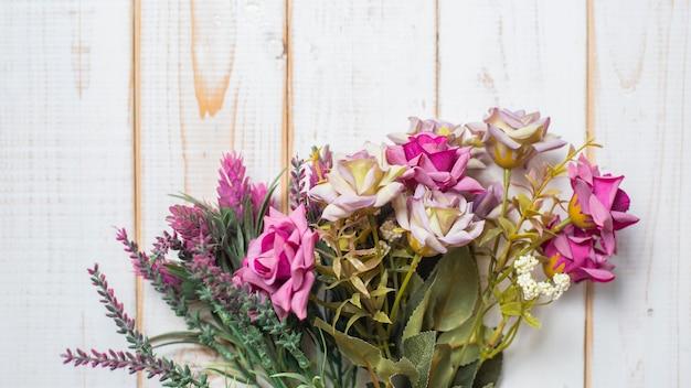 Hoogste mening van huwelijksbloemen op witte houten achtergrond Premium Foto