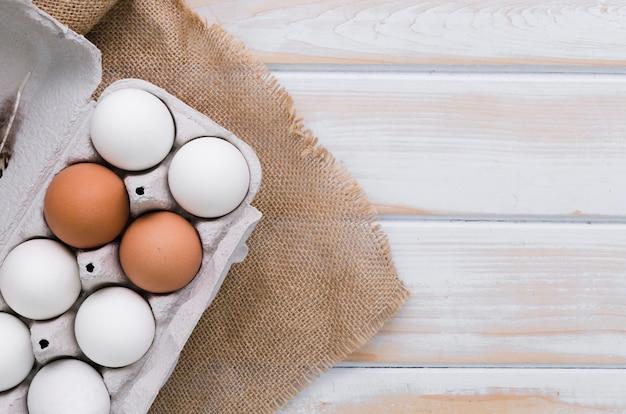 Hoogste mening van karton van eieren met jute en exemplaarruimte Gratis Foto
