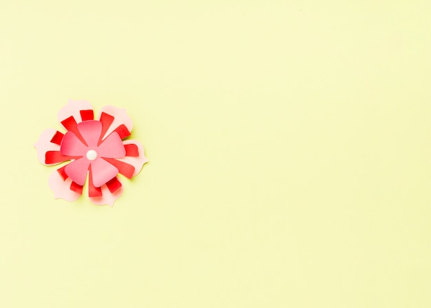 Hoogste mening van kleurrijke document de lentebloem met exemplaarruimte Gratis Foto