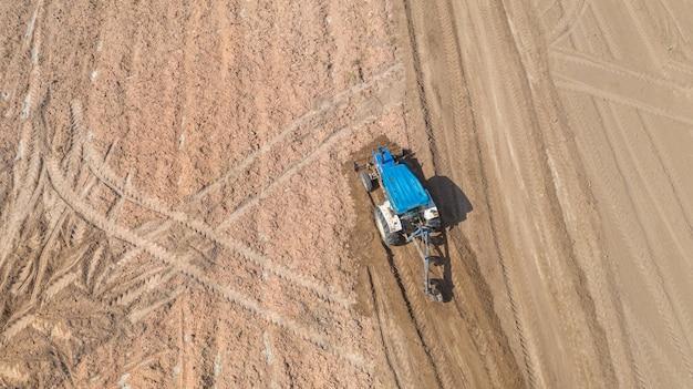 Hoogste mening van landbouwtrekkervoertuigen die bij gebied werken Premium Foto