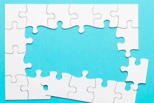 Hoogste mening van onvolledig raadselkader over blauwe achtergrond Gratis Foto