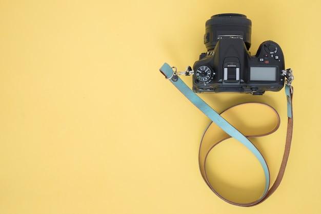 Hoogste mening van professionele dslrcamera op gele achtergrond Gratis Foto