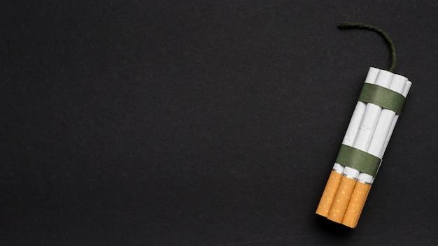 Hoogste mening van sigaretbundel met wiek over achterachtergrond Gratis Foto