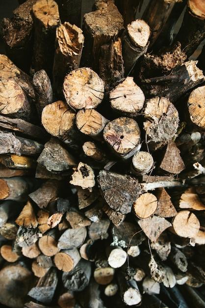 Hoogste mening van stapel van droge en gebrande houten brandlogboeken voor brandkamp in het akha-dorp van maejantai op de heuvel in chiang mai, thailand. Premium Foto