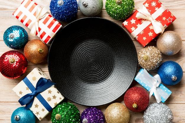 Hoogste mening van vakantie die op houten, plaat, giften, snuisterijen en kerstmisdecoratie, het concept van het nieuwjaardiner plaatsen Premium Foto
