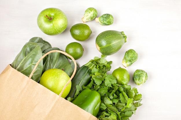 Hoogste mening van verse organische groenten in groene kleur Premium Foto
