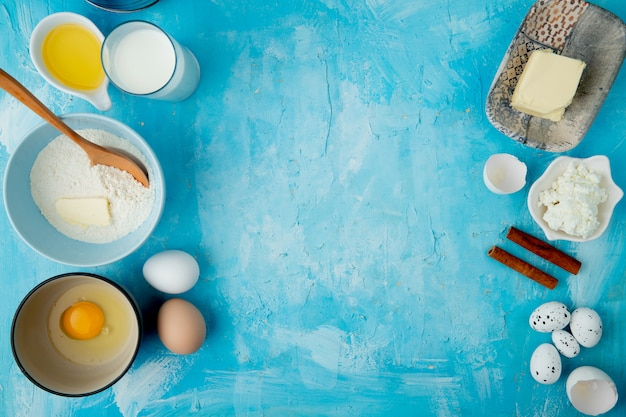 Hoogste mening van voedsel als kaneel en ei van de bloem de botermelkkwark en ei op blauwe achtergrond met exemplaarruimte Gratis Foto