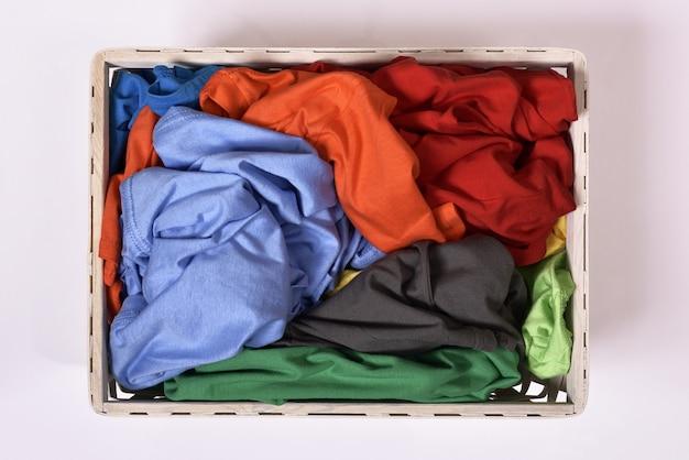 Hoogste mening van wasmand met vuile kleren Premium Foto