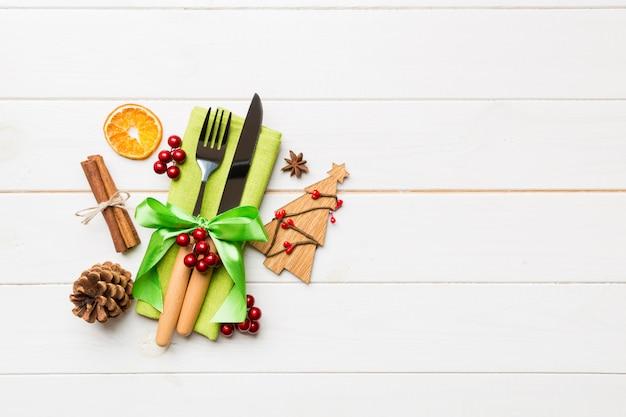 Hoogste mening van werktuigen op feestelijk servet op houten, kerstmisdecoratie met droge vruchten en kaneel, het nieuwe concept van het jaardiner Premium Foto