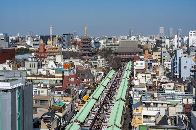 Hoogste mening van winkelstraat nakamise in asakusa en sensoji-tempel in asakusa Premium Foto