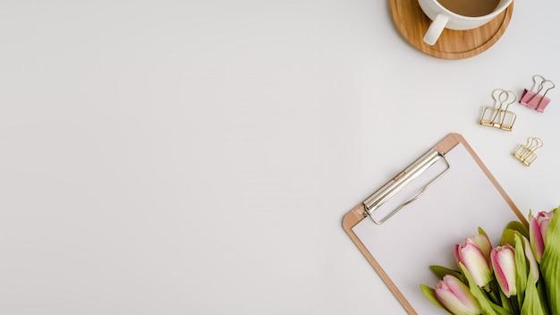 Hoogste mening van witte bureaulijst met exemplaarruimte. plat leggen. Premium Foto