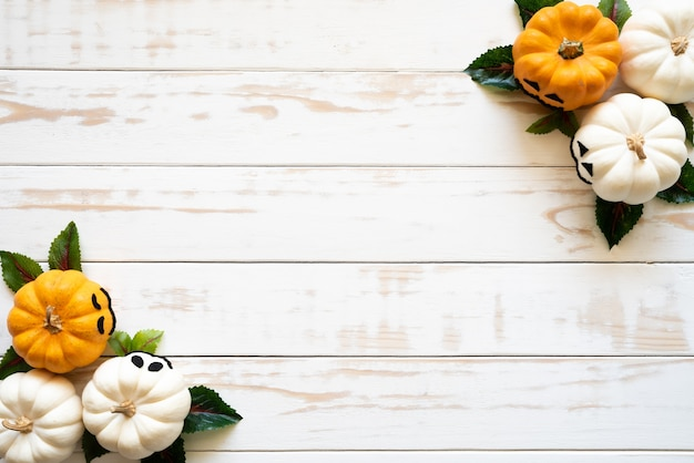 Hoogste mening van witte en gele spookpompoenen op houten achtergrond. halloween concept. Premium Foto