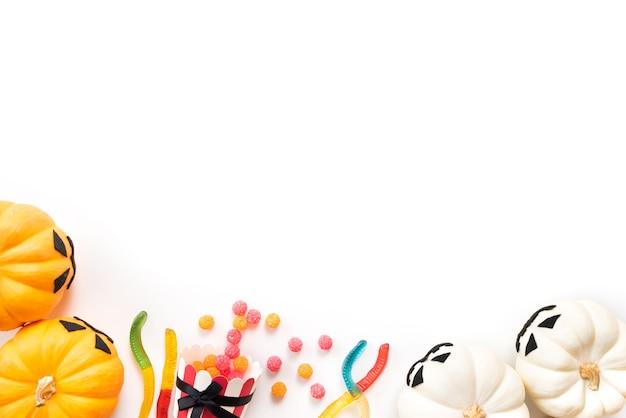 Hoogste mening van witte en gele spookpompoenen op witte achtergrond Premium Foto