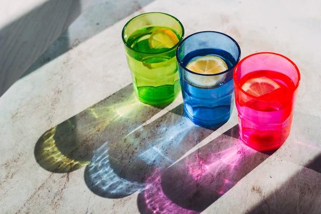Hoogste menings helder glas met drank en citroenplak Premium Foto
