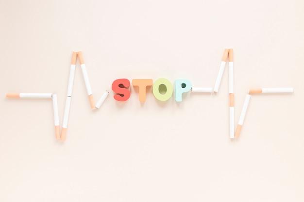 Hoogste menings kleurrijk woord met sigaretten Gratis Foto