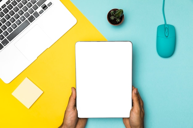 Hoogste meningsspot omhoog tablet met kleurrijke achtergrond Gratis Foto