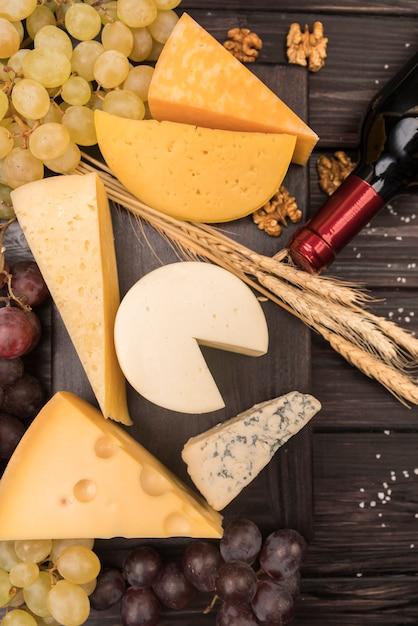 Hoogste meningsverscheidenheid van smakelijke kaas met druiven op de lijst Gratis Foto