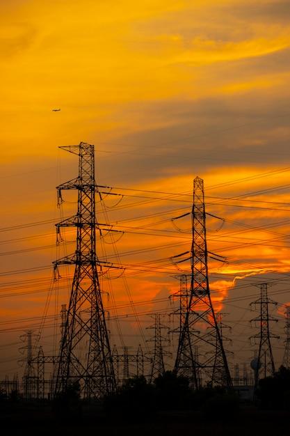 Hoogwaardige elektrische paal op de krachtcentrale Premium Foto