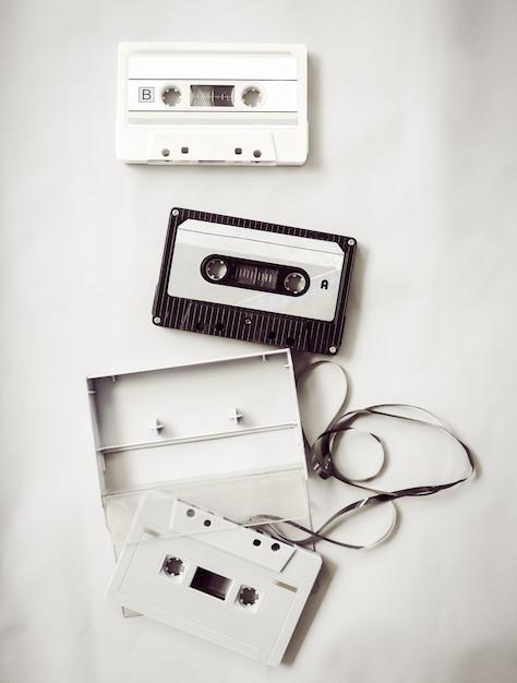 Hoogwaardige verlichting van zwart-wit vintage cassetterecorder Premium Foto