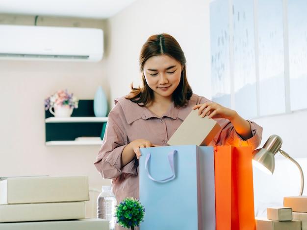 Hoon zaken online verkopersconcept, aziatische vrouwen met haar freelance baan online bedrijfsverkoper. Premium Foto