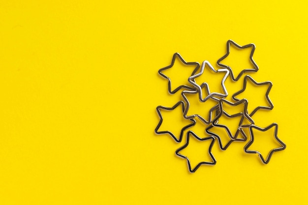 Hoop glanzende metalen sleutelhangers voor sleutelhangers. verchroomde sleutelhangersluiting op geel Premium Foto