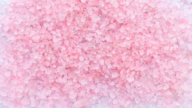 Hoop van grote bestrooid kristallen van roze zeezout achtergrond Premium Foto