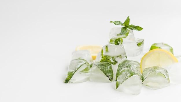 Hoop van ijsblokjes met munt Gratis Foto