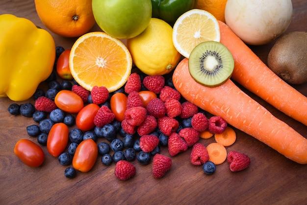 Hoop van vers tropisch kleurrijk vruchten en groenten de zomer gezond voedsel Premium Foto