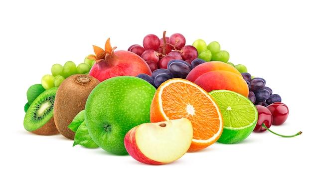 Hoop van verschillende vruchten en bessen die op witte achtergrond worden geïsoleerd Premium Foto
