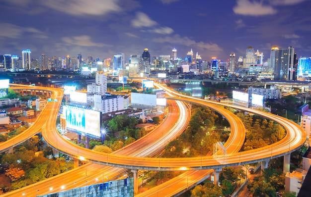 Horizon van de binnenstad van bangkok bij nacht Premium Foto