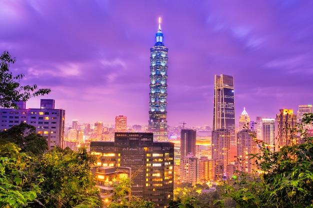 Horizon van de stad van taipeh bij zonsondergang Premium Foto