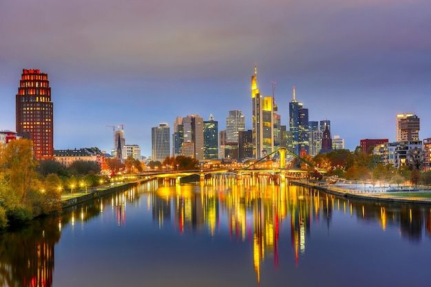 Horizoncityscape van frankfurt, duitsland tijdens zonsondergang. Premium Foto