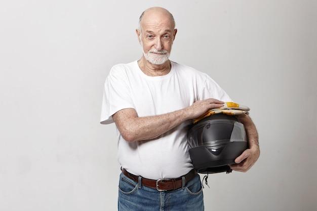 Horizontaal beeld van oudere blanke man met dikke grijze baard poseren in studio Gratis Foto