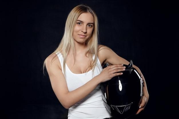 Horizontaal portret van positief jong europees atletisch wijfje met geverfd haar dat wit mouwloos onderhemd draagt Gratis Foto