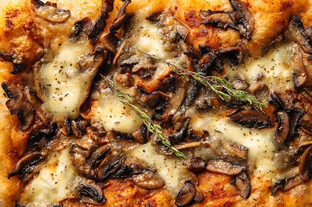 Horizontale close-up gebakken italiaans focaccia brood met paddestoel textuur Premium Foto