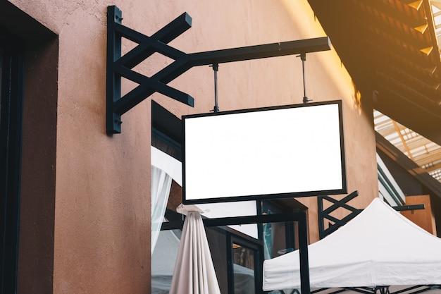 Horizontale lege signage op kleding winkel voorkant met kopie ruimte. Premium Foto