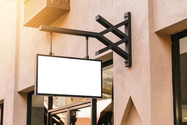 Horizontale zwarte lege signage op de voorkant van de klerenwinkel met exemplaarruimte. Premium Foto