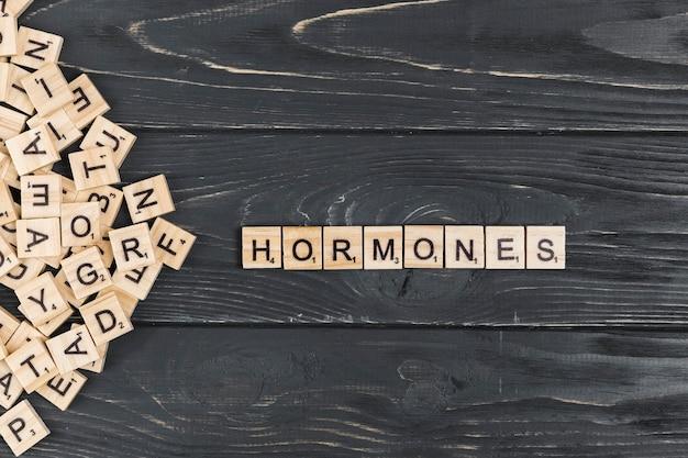 Hormonenwoord op houten achtergrond Gratis Foto