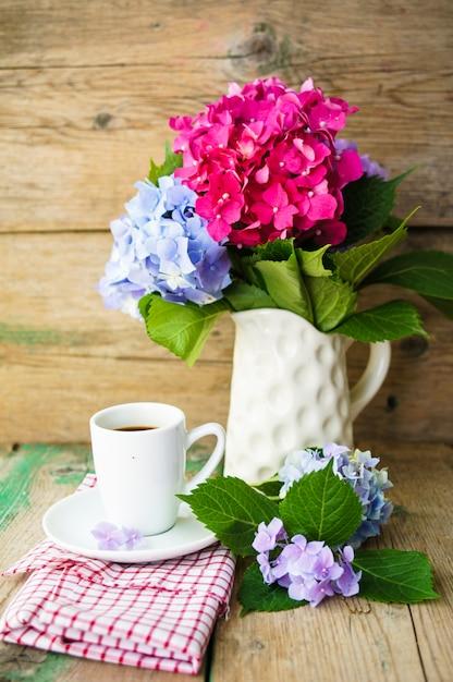 Hortensia bloemen en koffie Premium Foto