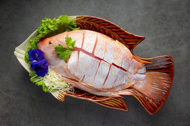 Hot pot shabu; rauwe vers gesneden vis in plaat Gratis Foto