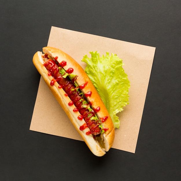 Hotdog met sla bovenaanzicht Gratis Foto