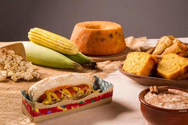 Hotdog. tabel van braziliaanse festa junina Premium Foto
