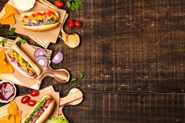 Hotdogs op cutboards met kopie ruimte Gratis Foto