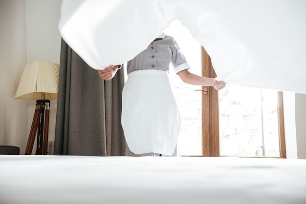 Hotel meid veranderend laken Gratis Foto
