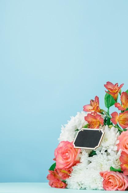 Hou van de achtergrond met roze rozen, bloemen, cadeau op tafel Gratis Foto