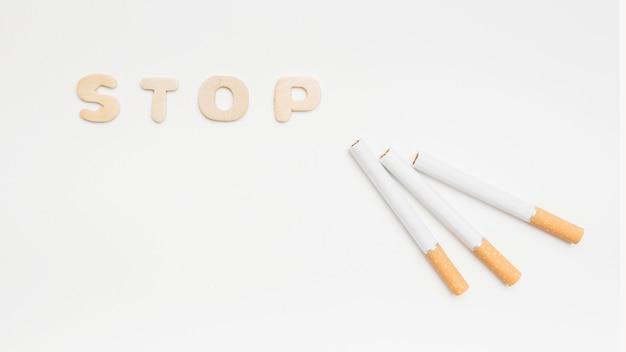 Houd op rokend concept over geïsoleerd op witte achtergrond Gratis Foto