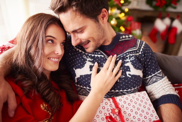 Houdend van paar dat kerstmis samen doorbrengt Gratis Foto
