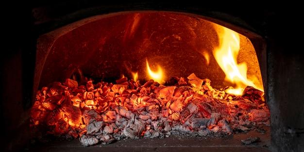 Hout sintels in een houtgestookte oven Premium Foto